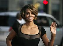 """<p>Actress Halle Berry waves as she arrives at an industry screening of """"X-Men Origins: Wolverine"""" at the Grauman's Chinese theatre in Hollywood, California April 28, 2009. REUTERS/Mario Anzuoni</p>"""