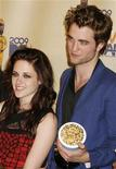 """<p>Las estrellas del filme """"Twilight"""", Kristen Stewart y Robert Pattinson, posan luego de obtener el galardón a Mejor Película en los 2009 MTV Movie Awards en Los Angeles, mayo 31 2009. REUTERS/Fred Prouser</p>"""