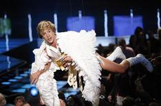 <p>Sacha Baron Cohen agli Mtv Movie Awards a Los Angeles di ieri sera. REUTERS/Mario Anzuoni</p>
