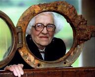 """<p>Последняя пассажирка лайнера """"Титаник"""" Милвина Дин у иллюминатора судна 2 апреля 1995 года. Последняя пассажирка затонувшего в 1912 году лайнера """"Титаник"""" Милвина Дин скончалась в доме престарелых в Англии в возрасте 97 лет, сообщило в понедельник Международное общество """"Титаника"""". REUTERS/Simon Kreitem</p>"""
