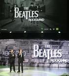 """<p>Ringo Starr (izquierda) y Paul McCartney, de The Beatles, durante la presentación del videojuego """"The Beatles: Rock Band"""" en la presentación a la prensa de Microsoft XBox 360 en la reunión de la industria E3 en Los Angeles, 1 jun 2009. Los miembros restantes del grupo """"The Beatles"""" revelaron el lunes nuevos detalles del próximo videojuego """"Rock Band"""" en la conferencia E3 de la industria en Los Angeles. REUTERS/Fred Prouser</p>"""