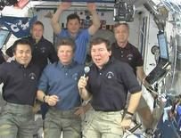 """<p>El astronauta Mike Barratt (derecha en la imagen) habla durante la primera conferencia de prensa de una tripulación de seis hombres en la Estación Espacial Internacional, 1 jun 2009. La NASA, que comenzó a incursionar en las redes sociales de internet con astronautas enviando """"tweets"""" y trotamundos actualizando su Facebook, ahora da su próximo paso con una invitación a los usuarios a cubrir un lanzamiento de transbordador. REUTERS/NASA TV</p>"""