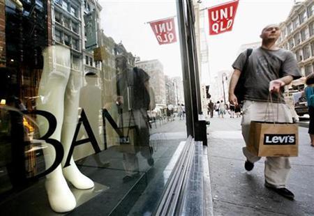 Shoppers walk along Broadway in New York's Soho shopping district August 13, 2008. REUTERS/Brendan McDermid