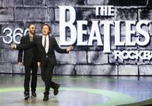 """<p>Экс-участники группы The Beatles Ринго Старр (слева) и Пол Маккартни а презентации видеоигры """"The Beatles: Rock Band"""" в Лос-Анджелесе 1 июня 2009 года. Двое ныне живущих """"битлов"""" Пол Маккартни и Ринго Старр в понедельник представили в Лос-Анджелесе видеоигру """"Rock Band"""", которая даст фанатам группы шанс вновь пережить музыкальные триумфы """"легендарной четверки"""". REUTERS/Fred Prouser</p>"""