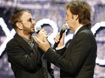 "<p>Ringo Starr (a sinistra) e Paul McCartney, i due sopravvissuti dei Beatles, alla presentazione del video game ""The Beatles: Rock Band"", Los Angeles, 1 giugno 2009. REUTERS/Fred Prouser</p>"