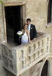 <p>Luca Ceccarelli e sua esposa Irene Lanforti casando no balcão da Casa di Giulietta em Verona. 01/06/2009. REUTERS/Alessandro Garofalo</p>