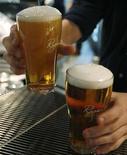 <p>Бармен подает пиво в баре в центре Сиднея 11 мая 2009 года. Австралийская бутик-пивоварня начала продажи выдержанного крепкого пива по антикризисной цене в 24 австралийских доллара ($20) за бутылку. REUTERS/Daniel Munoz</p>