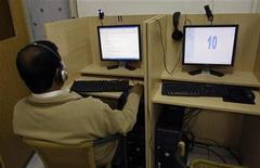 <p>Мужчина сидит за компьютером в одном из интернет-кафе Мадрида 23 мая 2008 года. Норвежская Opera Software обнародовала в среду первую тестовую версию браузера Opera 10, обещая увеличение быстродействия, новый дизайн и новые возможности. REUTERS/Andrea Comas</p>