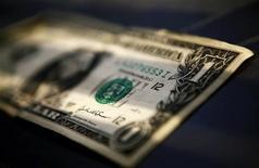 <p>Купюра достоинством в один доллар США в Торонто 26 марта 2008 года. Среднемировая цена аренды офисных площадей снизилась в первом квартале 2009 года на 2,8 процента в годовом исчислении, говорится в докладе агентства недвижимости CB Richard Ellis Inc. REUTERS/Mark Blinch</p>