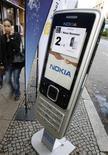 <p>Celular Nokia gigante promove marca em Berlim. A popularidade da Nokia entre adolescentes está diminuindo, segundo uma pesquisa do site de rede social Habbo Hotel. Os dados representam um revés para a ambição da maior fabricante de celulares do mundo de se tornar a marca preferida dos consumidores.</p>