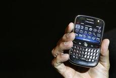 <p>Jim Balsillie, co-chief executive of Research In Motion (RIM), holds the new Blackberry Bold handset during its launch in Mumbai September 18, 2008. REUTERS/Punit Paranjpe(INDIA)</p>