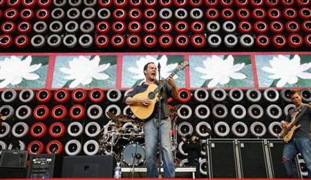 Musician Dave Matthews performs with The Dave Matthews Band during the Live Earth New York concert in East Rutherford, New Jersey, July 7, 2007. REUTERS/Mike Segar
