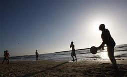 "<p>Israelis play a game of ""Matkot"" on a Tel Aviv beach June 2, 2009. REUTERS/Gil Cohen Magen</p>"