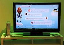 """<p>Un pantallazo de Xbox Live de una consola Xbox 360 muestra una conversación via Twitter con otros durante la exposición Electronic Entertainment Expo en Los Angeles, 3 jun 2009. Twitter Inc es un sitio de contactos sociales en el que los usuarios publican mensajes de 140 caracteres o menos -conocidos como """"tweets""""- que pueden ser vistos por otros usuarios que eligen seguirlos. REUTERS/Danny Moloshok</p>"""