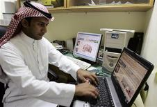 <p>Immagine d'archivio di un notabile saudita che naviga su Internet. REUTERS/Ali Jarekji (SAUDI ARABIA)</p>