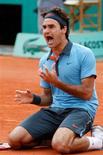 <p>Suíço Roger Federer celebra conquista do torneio de Roland Garros após vitória sobre o sueco Robin Soderling neste domingo. REUTERS/Regis Duvignau</p>