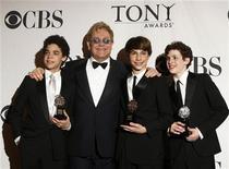 """<p>Los actores David Alverez (izquierda), Trent Kowalik (segundo a la derecha) y Kiril Kulish (derecha) posan junto a Elton John luego de ganar el premio Tony a mejor actor en un musical por """"Billy Elliot, The Musical"""" en Nueva York, jun 7 2009. REUTERS/Lucas Jackson</p>"""