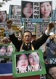 <p>Демонстранты требуют освобождения арестованных в КНДР американских журналисток на митинге в Сеуле 4 июня 2009 года. Центральный суд КНДР в понедельник объявил двух американских журналисток виновными в незаконном нарушении государственной границы и приговорил их к 12 годам исправительных работ, сообщило государственное информагентство KCNA. REUTERS/Jo Yong-Hak</p>