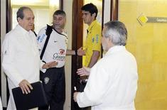 <p>Kaká e médico da seleção brasileira, José Luiz Runco, chegam a uma clínica em Recife, nesta segunda-feira, onde o jogador passou por exames a pedido do Real Madrid, de acordo com a CBF. REUTERS/JC Imagem/Marcos Michael</p>