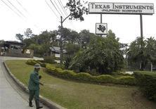 <p>Le groupe américain Texas Instruments (TI) a relevé lundi soir ses prévisions de bénéfice et de chiffre d'affaires pour le deuxième trimestre, évoquant une amélioration de la demande sur le marché des semi-conducteurs. /Photo d'archives/ REUTERS</p>