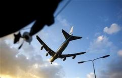 <p>A plane lands at Schiphol airport outside the Dutch Capitol Amsterdam January 30, 2008. REUTERS/Jerry Lampen</p>