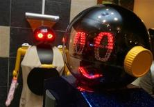 <p>Due robot al ristorante Robot Kitchen a Hong Kong. REUTERS/Paul Yeung</p>