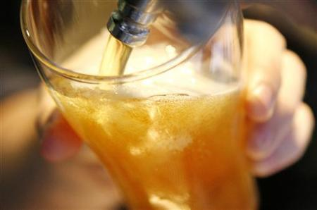 A bartender prepares a beer in a bar in central Sydney May 11, 2009. REUTERS/Daniel Munoz (
