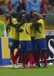 <p>Jogadores equatorianos comemoram gol na vitória sobre a Argentina por 2 x 0 pelas eliminatórias da Copa do Mundo. REUTERS/Teddy Garcia</p>
