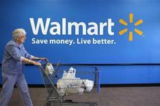 <p>Женщина выходит с покупками из магазина розничной сети Wal-Mart в Роджерсе, штат Арканзас 4 июня 2009 года. Более 90 процентов американских розничных сетей стали жертвами краж со стороны организованных преступных группировок, говорится в сообщении Национальной розничной ассоциации США. REUTERS/Jessica Rinaldi</p>
