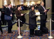 <p>Люди стоят в очереди на ярмарке вакансий, проходящей в одном из отелей Нью-Йорка 5 марта 2009 года. Соискатели прибегают к все большим ухищрениям для того, чтобы привлечь к себе внимание потенциального работодателя, сообщили исследователи в среду. REUTERS/Mike Segar</p>