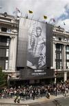 <p>La nueva campaña de la empresa Emporio Armani con la imagen de David Beckham a las afueras de la tienda Selfridges en Londres, 11 jun 2009. Un día después de derrotar a Andorra por 6-0, la estrella inglesa del fútbol David Beckham lanzó una nueva campaña de ropa interior para la marca de modas Giorgio Armani. REUTERS/Stephen Hird</p>