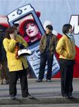 <p>Al telefonino, in Cina. REUTERS/Andrew Wong</p>