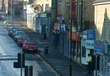 <p>A lone policeman stands in the street in Bradford, northern England November 21, 2005. REUTERS/Stringer</p>