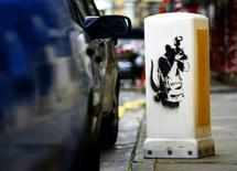 <p>Foto de archivo de una señal de tráfico intervenida por el artista gráfico Banksy en Edinburgo, 5 sep 2008. El artista de grafitis Banksy, objeto de culto en todo el mundo, regresó a su ciudad natal de Bristol, en el oeste de Inglaterra, para preparar su mayor exposición hasta la fecha. REUTERS/David Moir</p>