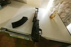 <p>Foto de archivo de un rifle encontrado en un allanamiento en Bagdad, 28 feb 2007. La policía alemana detuvo el viernes a un estadounidense en el aeropuerto de Duesseldorf por traer en su equipaje un rifle de bombeo, dos pistolas y un cuchillo de combate. REUTERS/Carlos Barria (IRAQ)</p>