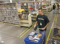 <p>Un impiegato raccoglie prodotti da consegnare ai clienti di Amazon.com. REUTERS/Tim Shaffe</p>