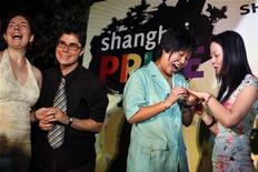 <p>Due coppie omosessuali si scambiano gli anelli fingendo di sposarsi durante i festeggiamenti del primo Gay Pride cinese, a Shanghai. REUTERS/ Nir Elias</p>
