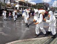<p>Сотрудники министерства здравоохранения Таиланда дезинфицируют дорогу у пляжа Патонг в Пхукете 14 июня 2009 года. Всемирная организация здравоохранения (ВОЗ) в четверг объявила о пандемии гриппа, впервые за последние 40 лет. REUTERS/Boonrat Apiwantanakorn</p>