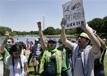<p>Американские иранцы протестуют против результатов президентских выборов в Вашингтоне 14 июня 2009 года. Министерство внутренних дел Ирана объявило вне закона многотысячный митинг, организованный сторонниками лидера оппозиции Мирхоссейна Мусави с целью опротестовать результаты прошедших в пятницу президентских выборов. REUTERS/Yuri Gripas</p>