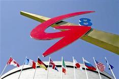 """<p>Символ """"Большой восьмерки"""" и флаги стран-членов организации на саммите в Санкт-Петербурге 13 июня 2006 года. Страны """"Большой восьмерки"""" на прошедшем на выходных саммите обсудили, как отказаться от антикризисных мер по мере возобновления экономического роста, отметив некоторое улучшение ситуации на кредитном рынке. REUTERS/Alexander Demianchuk</p>"""