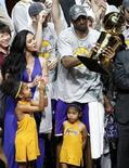 <p>Kobe Bryant con la famiglia dopo la vittoria del titolo Nba. REUTERS</p>