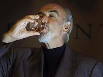 <p>Foto de archivo del actor escocés Sean Connery bebiendo un vaso de Whisky en el teatro ByreTheatre en St Andrews, Escocia, 5 jun, 2001. Una batalla legal de nueve años por una pequeña palabra finalmente ha terminado. REUTERS/Jeff J Mitchell</p>