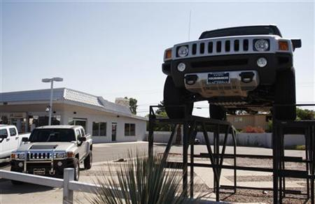 Hummer vehicles sit in the parking lot of a dealership in Scottsdale, Arizona June 2, 2009. REUTERS/Joshua Lott