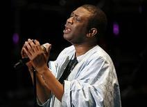 """<p>Foto de archivo del cantante Youssou N'Dour durante el festival Muslim Voices: Arts & Ideas en Nueva York, 5 jun 2009. """"Egypt"""", el álbum del 2004 de música islámica del cantante pop Youssou N'Dour, le valió un boicot de parte de algunos de sus admiradores islámicos pero en un nuevo documental acerca del disco, el artista señaló que la música lo alentó a tener una mayor apreciación del Islam. REUTERS/Lucas Jackson</p>"""