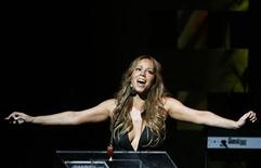 <p>Singer Mariah Carey addresses the crowd during the Apollo Theatre's 75th anniversary gala in New York, June 8, 2009. REUTERS/Lucas Jackson</p>