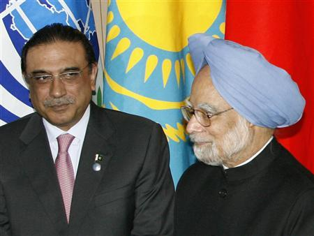 Pakistani President Asif Ali Zardari and Indian Prime Minister Manmohan Singh proceed to line up for a family photo at the Shanghai Cooperation Organisation (SCO) summit in Yekaterinburg, June 16, 2009. REUTERS/Sergei Karpukhin