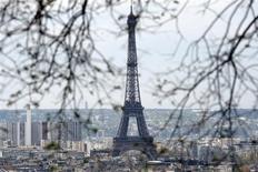 <p>Torre Eiffel vista da Basílica de Sacre Coeur em Paris. 10/04/2009. REUTERS/Charles Platiau</p>