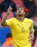 <p>Felipe Melo comemora primeiro gol do Brasil na vitória por 3 x 0 sobre os EUA na Copa das Confederações em Pretória. 18/06/2009 REUTERS/Jerry Lampen</p>