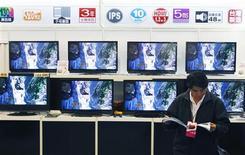 <p>Dans un magasin à Taipeh. Les ventes mondiales de téléviseurs LCD devraient progresser de 21% en volume cette année, à 127 millions d'unités, selon un rapport de DisplaySearch. /Photo prise le 9 avril 2009/REUTERS/Nicky Loh</p>