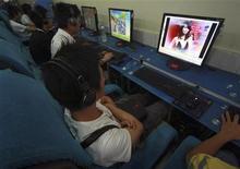 <p>Cinesi ad un internet cafè a Suining. REUTERS/Stringer</p>